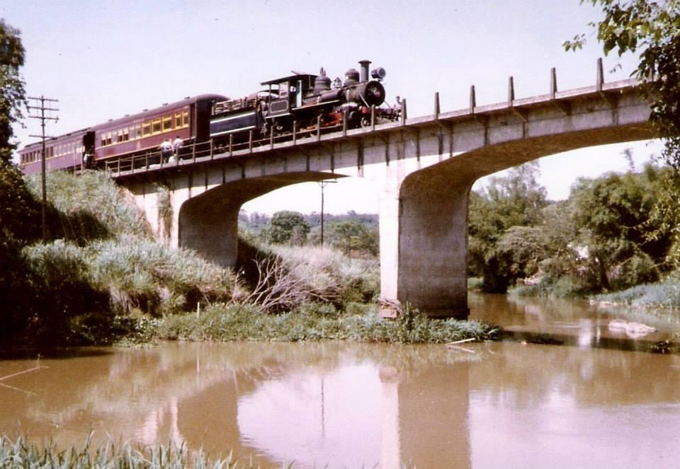 1o trem de passageiro na ponte sobre o rio Jaguary