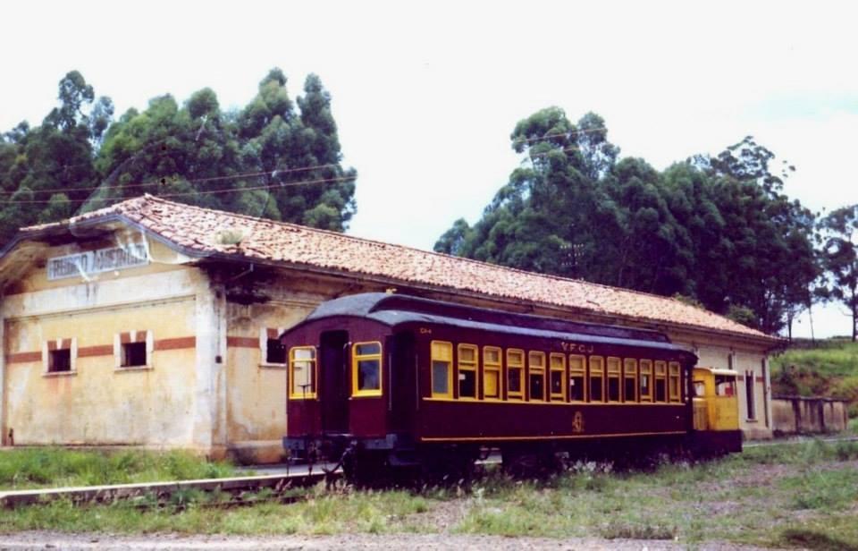 Trem de passageiro passando pela estação de Pedro Américo