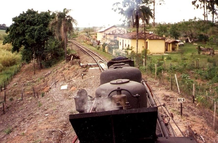 Locomotiva passando pela vila ferroviária de Pedro Américo